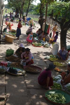 Le marché à l'arrêt de Danyingon (1h30 après le départ de Yangon)... qui aurait mérité une visite avec plus de temps...