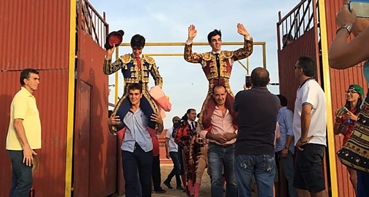 Puerta grande de la novillada de Villanueva de Bogas Ganadería San Isidro