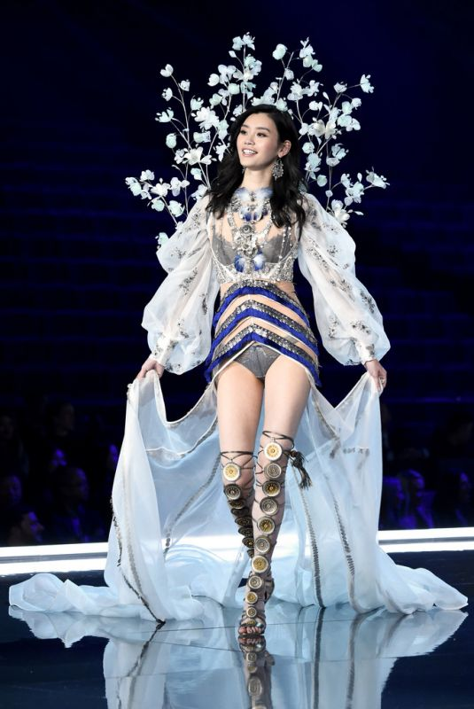 Victoria's Secret model falls on the ramp