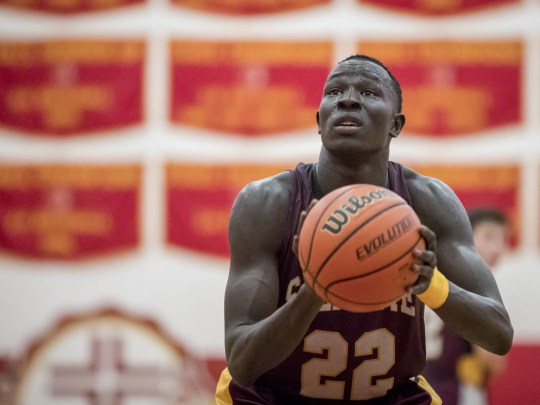 Majok Deng (22) of Tucson Salpointe Catholic shoots
