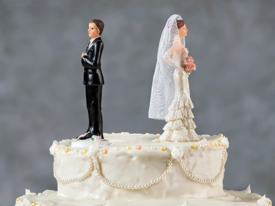Gadgets: Wedding cake with bride and groom facing away from each other.