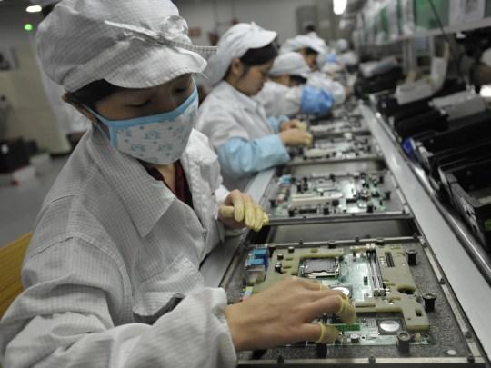 Ouvriers chinois dans l'usine Foxconn à Shenzhen en Chine