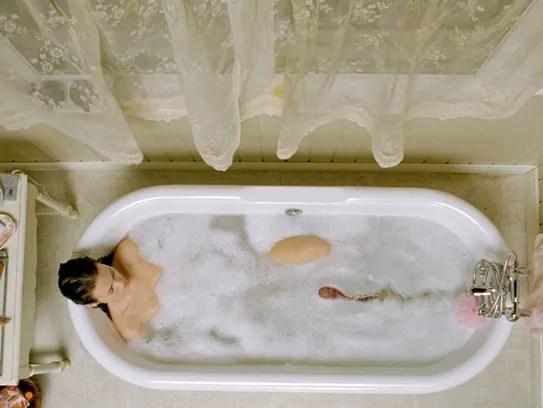 Shut In Star Naomi Watts Cant Escape Bathtub Horrors