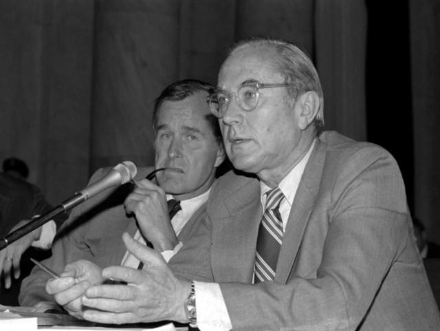 George HW Bush, links, und sein Vorgänger als CIA-Direktor William Colby.
