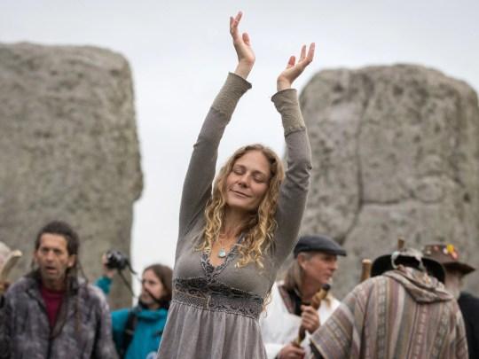 Una mujer baila durante una celebración de equinoccio de otoño en