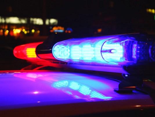 Polizei leuchtet bei Nacht