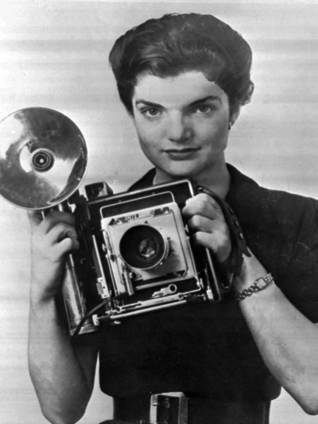 Jacqueline Bouvier hält ihre Kamera 1953, als sie als Fotografin für den Washington Times Herald arbeitete.