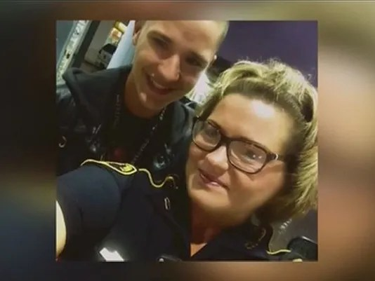Teen looks out for deputy pumping gas, selfie goes viral