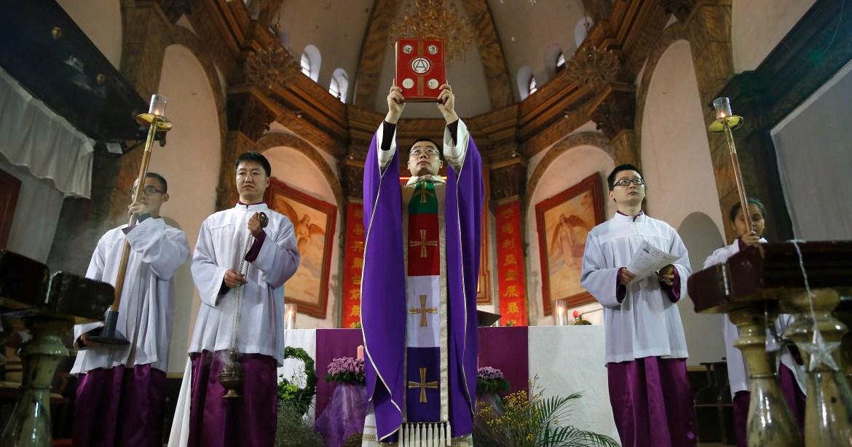El Vaticano y China firman un acuerdo provisional para reconocer a siete obispos elegidos por el estado