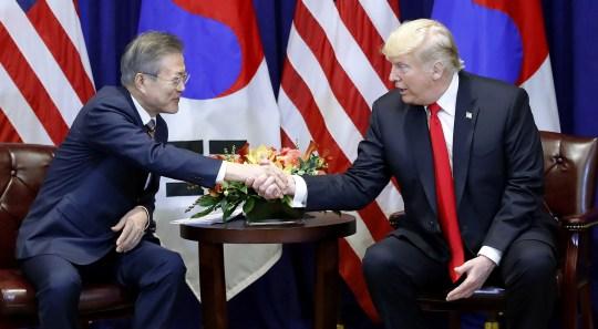 Der südkoreanische Präsident Moon Jae-in (L) und der US-Präsident Donald J. Trump treffen sich am 24. September 2018 in einem Hotel in New York, New York, USA. Moon ist in New York, um sich in dieser Woche vor den Vereinten Nationen (UN) zu unterhalten .