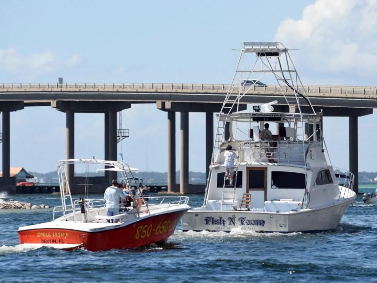 Barcos comerciais deixam o Destin Harbor em Destin, na Flórida, em 8 de outubro de 2018, em preparação para o furacão Michael.