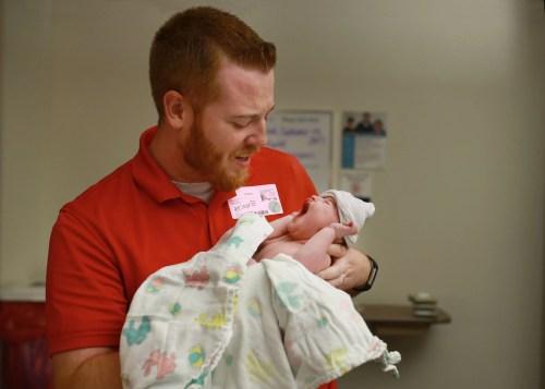 Ein Fotograf von On Angels Wings hat dieses Foto von Tom und Owen Masterson aufgenommen, kurz nachdem Owen geboren wurde.