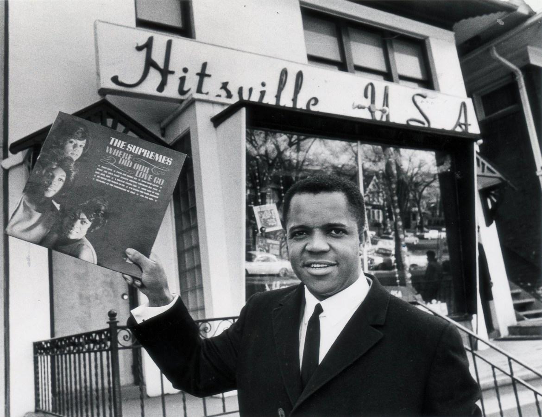 Berry Gordy Jr. devant le siège de Motown sur West Grand Blvd à Detroit en 1964. Photo prise par Tony Spina/photographe en chef, Detroit Free Press.