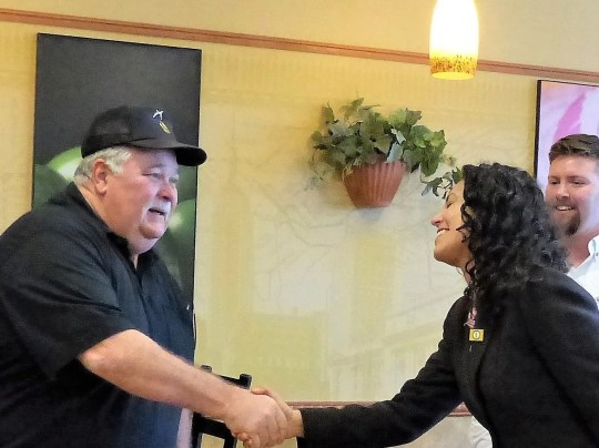 Doug Sabo, chief of veterans of the US veterans, greets the American representative Xochitl Torres Small.