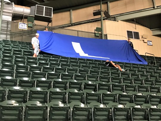 A giant flag & # 39; L & # 39; Personalized, which appeared in a Cubs-Brewers game in September 2018, was shown again in the ninth inning of Milwaukee's 13-10 victory on Friday night.