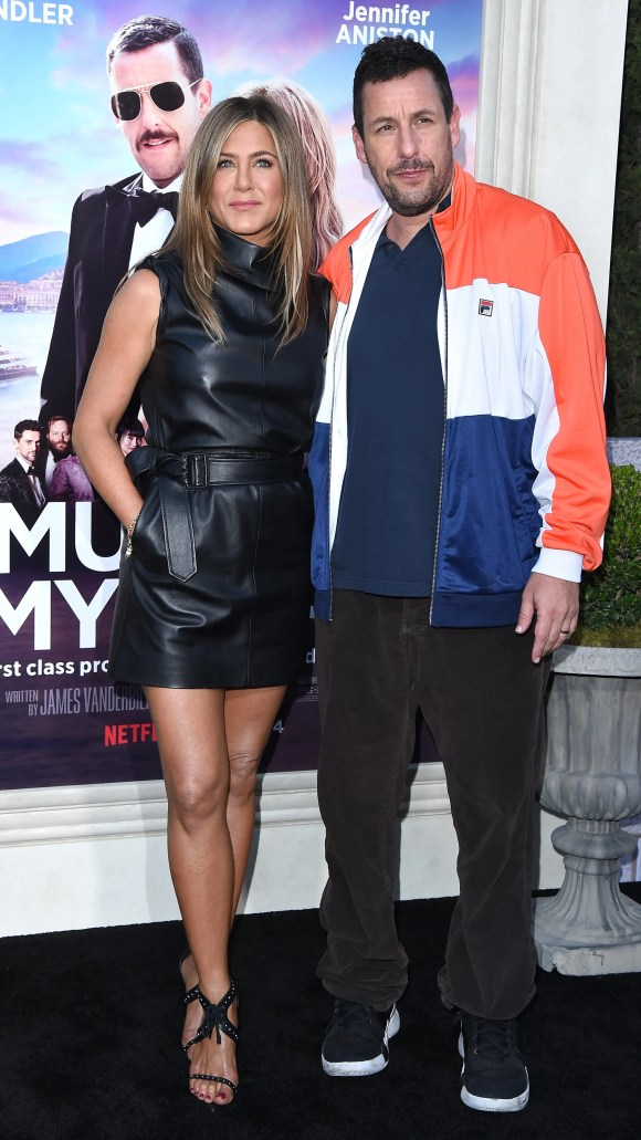 Y aquí están como ellos mismos: Jennifer Aniston y Adam Sandler posan en el estreno de Los Ángeles de