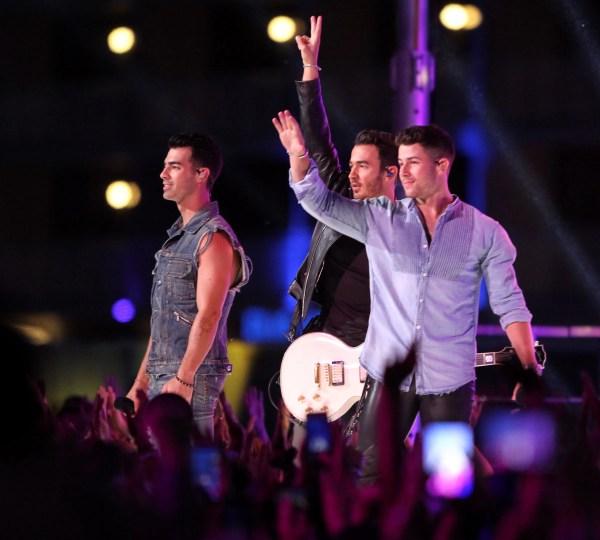 Jonas Brothers Perform Lovebug At The 2008 VMAs Jonas