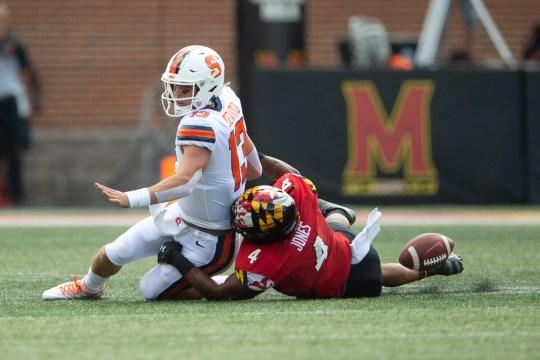 El linebacker de Maryland Keandre Jones (4) le quita el balón al mariscal de campo de Syracuse Tommy DeVito durante el primer cuarto en Capital One Field.