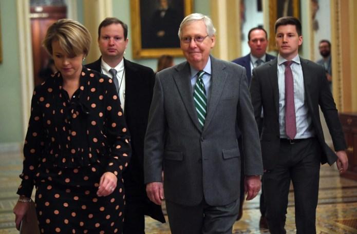 Der Mehrheitsführer des Senats, Mitch McConnell, R-Ky., Kommt am 16. Januar 2020 im Capitol in Washington an. Die Amtsenthebungsverfahren gegen Präsident Donald Trump werden dem Senat von Adam Schiff, dem leitenden Amtsenthebungsbeamten, offiziell vorgelesen.