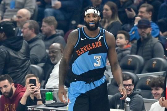 Das Cavaliers Center Andre Drummond steht während seines Cleveland-Debüts gegen die Clippers im Rocket Mortgage FieldHouse am 9. Februar 2020 auf dem Platz.