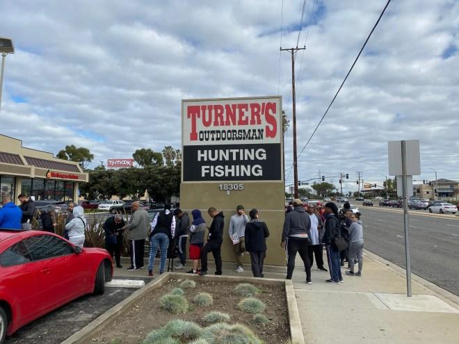 Linha do lado de fora da loja Outdoorsman da Turner