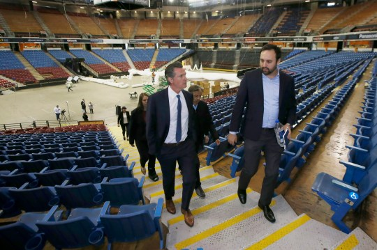 California Governor Gavin Newsom visits the Sleep Train Arena in Sacramento. The governor recently announced a $ 125 million fund to help undocumented Californians, many of whom are Latino, weather the economic crisis caused by the coronavirus pandemic.