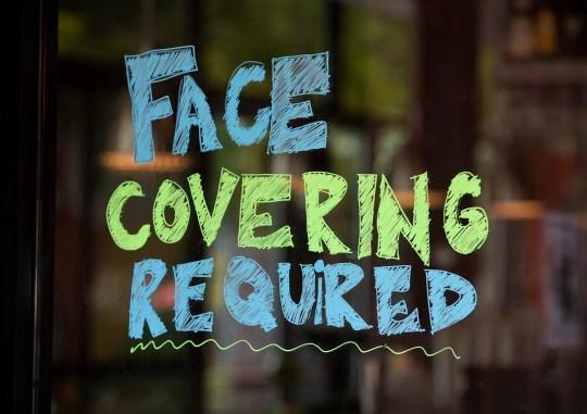 Auf einem Schild am Eingang der Hopdoddy Burger Bar in der South Congress Avenue in Austin, Texas, müssen Gäste am Samstag, den 27. Juni 2020, während der Coronavirus-Pandemie eine Maske tragen.