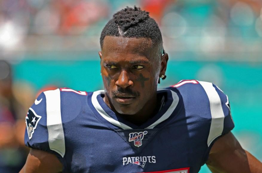 En esta foto del domingo 15 de septiembre de 2019, el receptor abierto de los New England Patriots, Antonio Brown, espera que comience el partido de fútbol americano de la NFL del equipo contra los Miami Dolphins en Miami Gardens, Florida.
