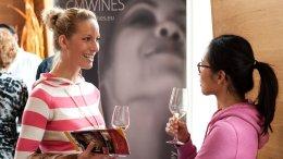 WineStyle zwei Frauen probieren Wein