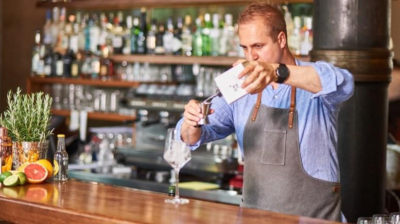 Martin Birk Jensen Gründer von Skin Gin bei der Zubereitung eines Gin Tonic