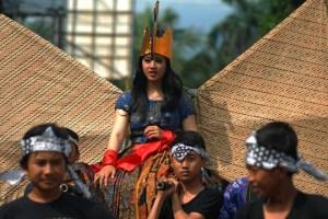 Peserta karnaval budaya mengenakan kostum batik di ruas Jalan Kh Mustofa, Tasikmalaya, Jawa Barat, Jumat (28/11).
