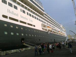 Foto: Kapal pesiar Holland American Line sandar di Indonesia. (ist)