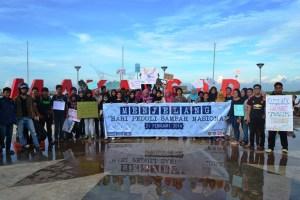 Foto: Keluarga Besar Mahasiswa Kelautan Unhas yang tergabung dari berbagai lembaga menggelar aksi bersih sampah pantai dan laut Losari. (ist)