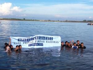Foto: Mahasiswa Kelautan Unhas saat menggelar aksi bersih sampah di laut Losari. (ist)