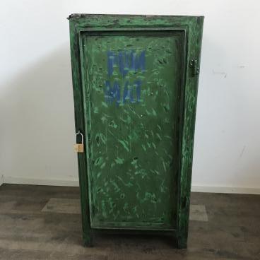 Oude groene werkplaatskast