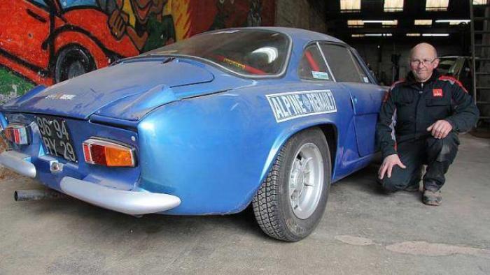 Jean-Michel Jézéquel, mécanicien depuis 1978, tient depuis 2000 le garage du Cosquer depuis 2000 à Quimper. Il bichonne en ce moment une « Renault Alpine A110 ».