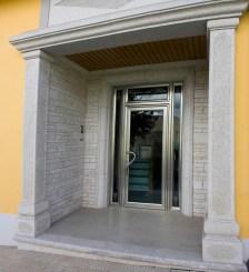 Fachada con puerta principal del Edificio
