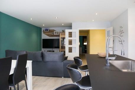 Vista sala de estar con cocina en Isla