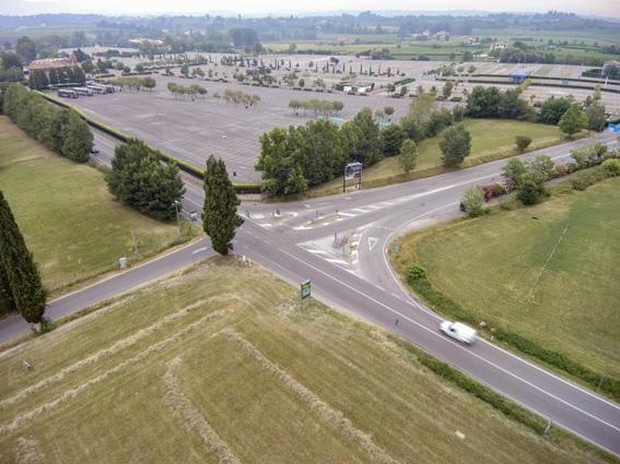 Una nuova rotatoria allo svincolo con i parcheggi di Gardaland