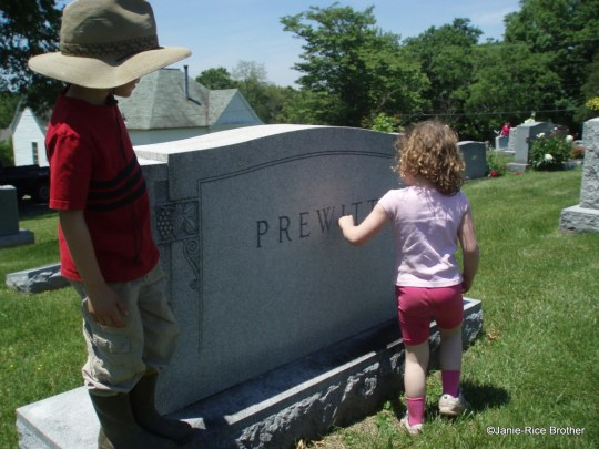 It's a tradition for several generations to go to the cemetery.