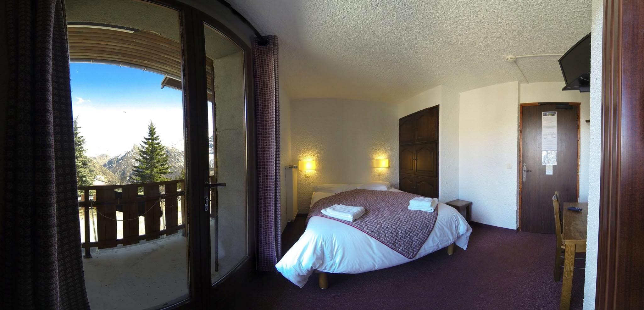 Chambre avec lit double vue sur la station