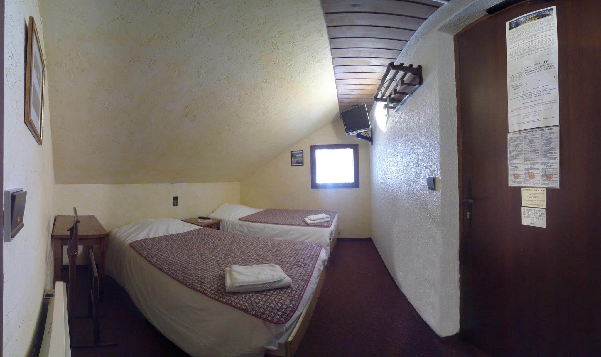 chambre n16 petite chambre mansarde 2 lits simples douche wc