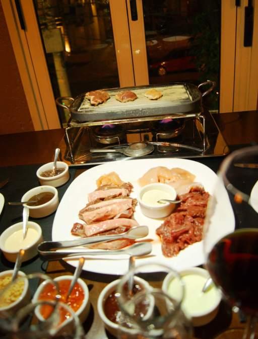 Molhos: pesto, aioli, barbecue, xxx, farofa gourmet, gorgonzola, mostarda dijon, xxx, cebola caramelada.