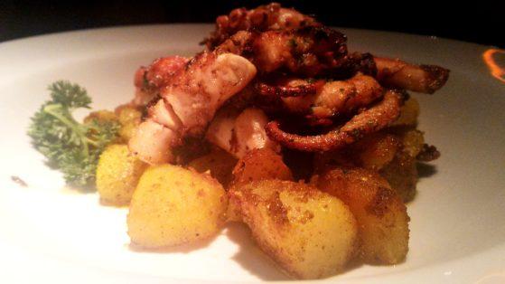 Polvo Grelhado com batatas ao curry. Macio e saboroso (R$45,00)
