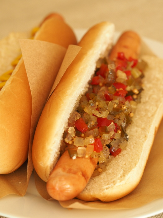 Domowy hot dog z relishem z ogórków