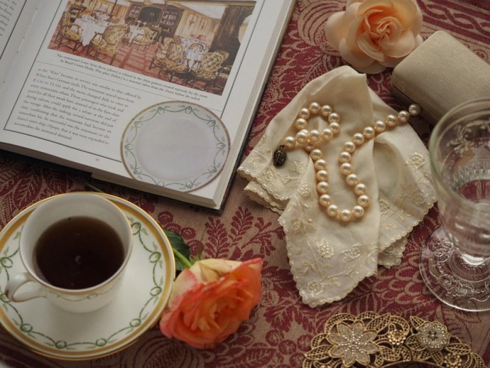Czar minionej epoki uzupełnia autentyczna porcelana.