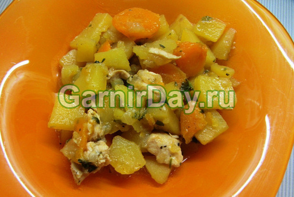 Cartofi de tocană cu pui și zucchi
