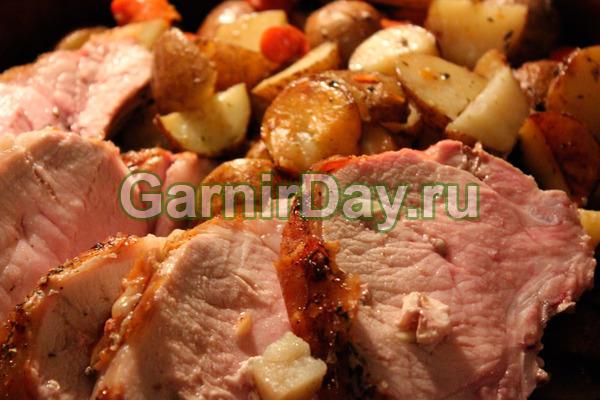 Thịt lợn trong lò nướng với khoai tây