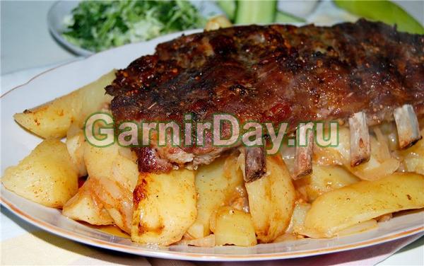 Sườn heo trong một mận ướp nướng với khoai tây