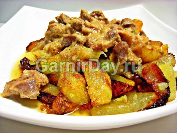 Thịt lợn trong lò với khoai tây và hạt tiêu